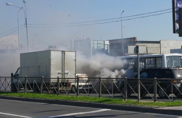 Маршрутка с пылающим заведенным двигателем загорелась на Энергетиков