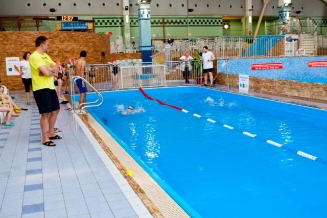 Ученики школ Василеостровского района сдали нормы ГТО по плаванию: Фото
