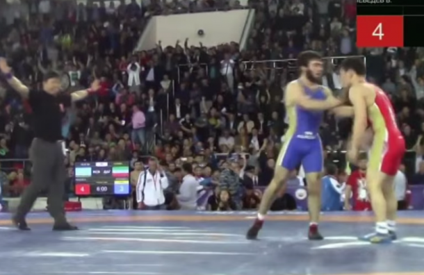 Дагестанский борец попытался устроить драку на чемпионате в Якутске