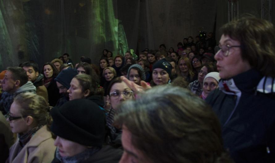 Марина Дмитревская вместе с другими зрителями участвует в дисскусии, как помочь бездомному переводчику Андрею. НеПРИКАСАЕМЫЕ, фото Эли Мургановой