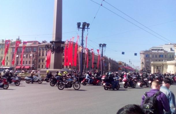 Слет байкеров мешает проезду транспорта на площади Восстания