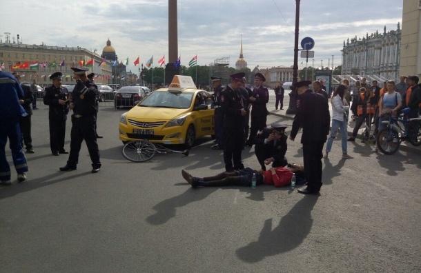 Таксист гонялся за велосипедистом по Дворцовой площади и сбил возле Эрмитажа