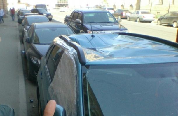 Мужчина выпал из окна и приземлился на крышу авто на Петроградке