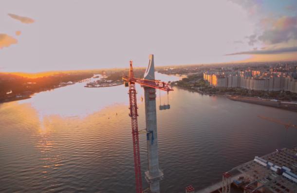 Бейсджамперы прыгнули с самого высокого крана Петербурга