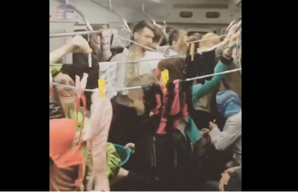 Мокрое белье развесили в вагоне метро на станции «Сенная площадь»