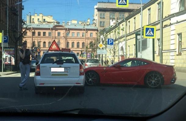 Девушка на красном Ferrari устроила ДТП в центре Петербурга
