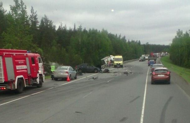 Машину разорвало на куски от лобового столкновения с фурой на «Скандинавии»