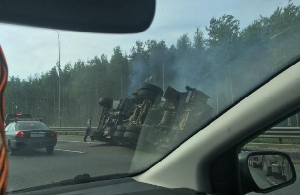 Автокран перевернулся и загорелся на КАД