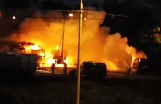 Пять грузовиков сгорели в Купчино