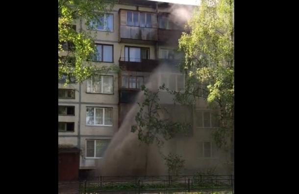 Фонтан кипятка залил окна дома на проспекте Культуры