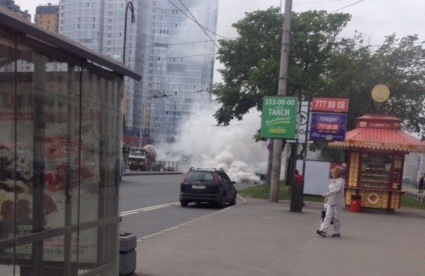 Машина с двигателем, «ушедшим в разнос», окутала дымом Ленинский проспект