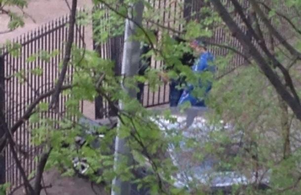 Машина врезалась в ворота детского сада на аллее Котельникова
