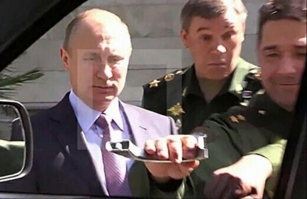 Генерал-танкист оторвал ручку УАЗа, который не смог открыть президент