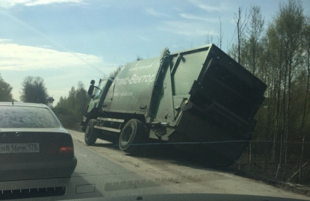 Мусоровоз встал на два колеса на Колтушском шоссе