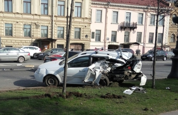 Машину раскурочило в ДТП на Лейтенанта Шмидта и отбросило под автобус