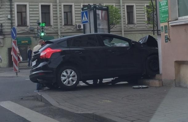 Машина с женщиной и ребенком врезалась в дом на Васильевском острове
