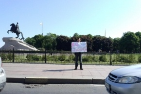 Дальнобойщик протестует напротив Конституционного суда.