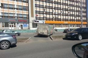 Грузовик с мороженым застрял в яме на Бестужевской