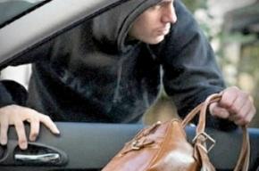 Неизвестный с баллончиком украл у мужчины 160 тысяч рублей