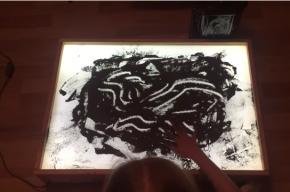 Школьница рисует прахом прадедушки-ветерана ко Дню Победы