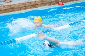 Ученики школ Василеостровского района сдали нормы ГТО по плаванию