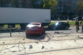 Красная иномарка влетела в ограждения на Маршала Казакова