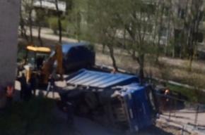 КамАЗ провалился в яму на Светлановском проспекте