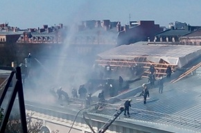 Пожар в Манеже разбушевался, перекрыт Конногвардейский