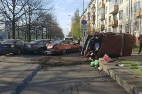 Иномарка на проспекте Космонавтов влетела в пять припаркованных машин