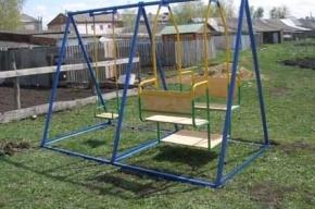 Школьника из Новокузнецка убило качелями на детской площадке
