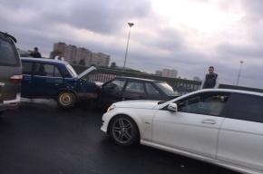 Массовая авария из шести машин произошла на Невском путепроводе