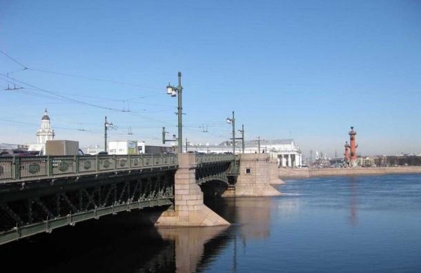 Женщина сбросилась с Дворцового моста в Неву