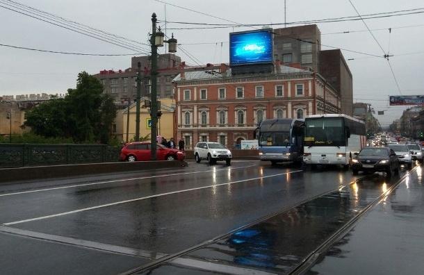 Авария с туристическим автобусом произошла на Литейном мосту