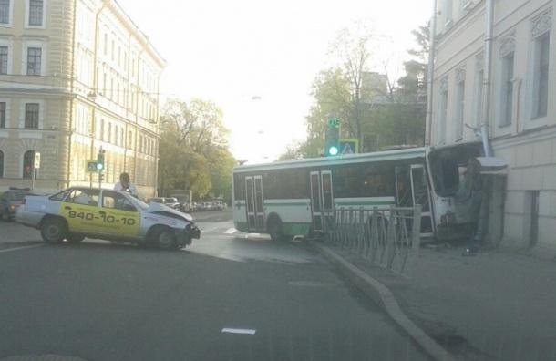 Автобус на полной скорости врезался в дом в Пушкине