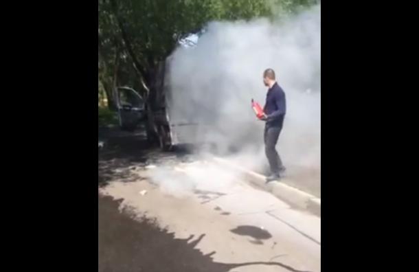 Взрывпакет бросили в машину сторонников Максаковой в Петербурге
