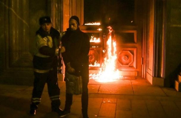 Павленскому предъявили иск почти в полмиллиона за поджог двери ФСБ