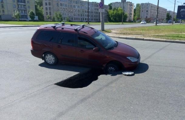 Иномарка ушла под асфальт на Краснопутиловской
