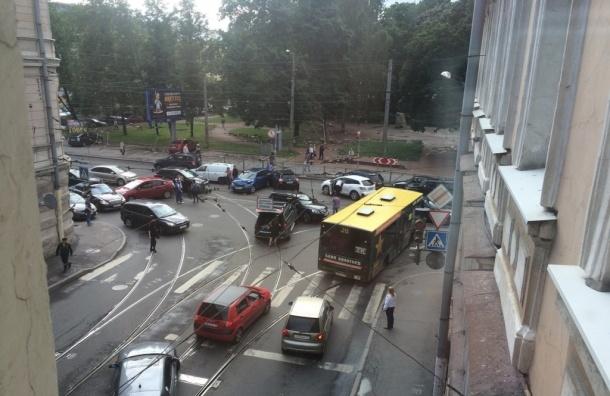 Очевидцы: 13 автомобилей столкнулись в ДТП на улице Академика Королева