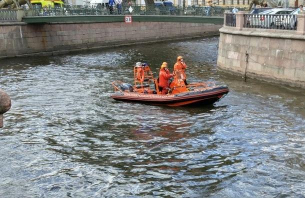 Спасатели доставали пьяную брюнетку из канала Грибоедова