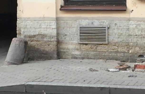 Часть балкона рухнула с дома на Гороховой