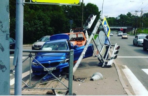 Иномарка снесла светофор на Ланском шоссе