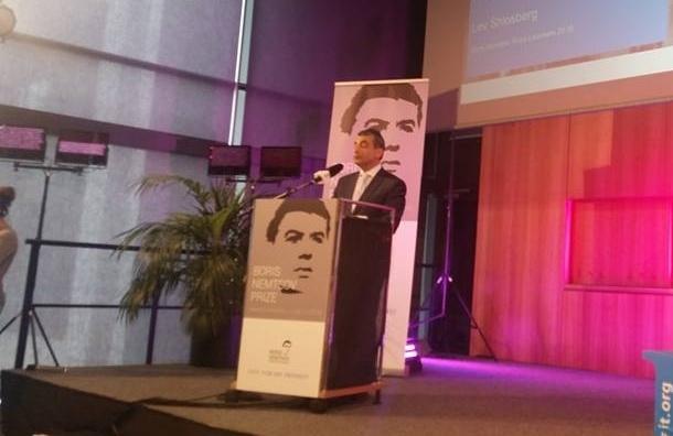 Шлосберг передал премию Немцова «Команде 29»