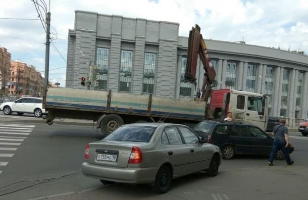 Стрела автокрана грузовика оборвала провода трамваев на Обводном