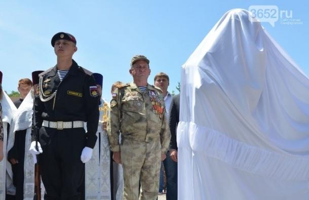 Памятник «вежливым людям» открыли в Крыму