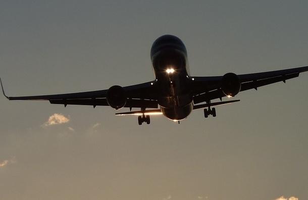 Самолет с отказавшим двигателем готовится приземлиться в Москве