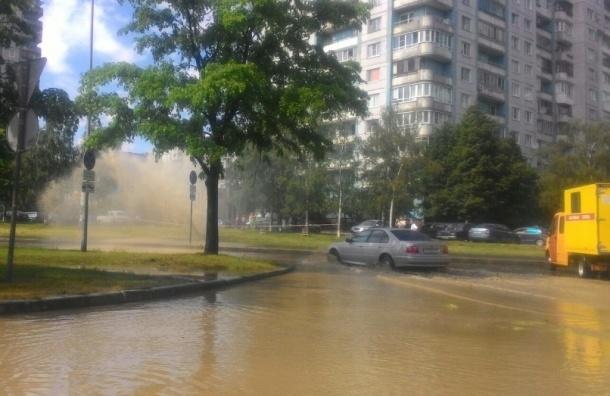 Фонтан забил из-под земли на перекрестке Каховского и проспекта КИМа