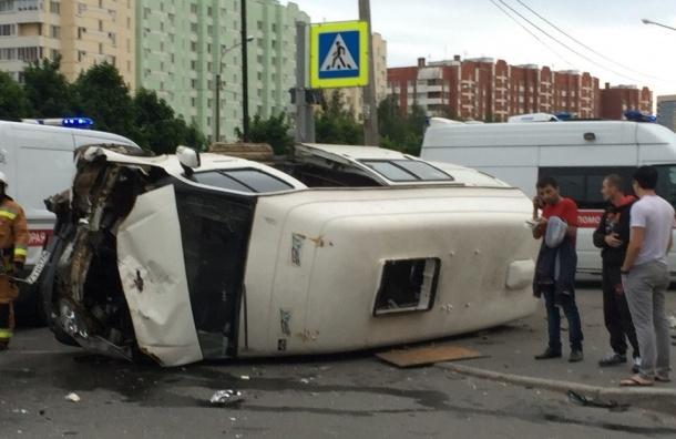 Микроавтобус прилег на бок на Вербной улице
