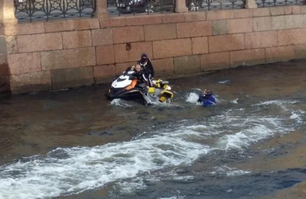 Очевидцы: Человек упал в воду с гидроцикла на Мойке
