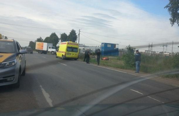 Мотоциклист выжил после столкновения с грузовиком на Ленсоветской дороге