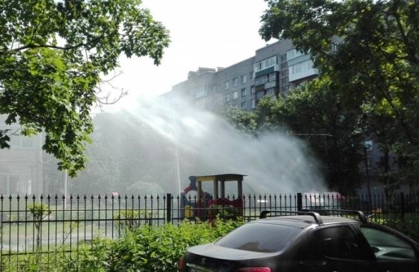 Трубу с холодной водой прорвало в детском саду на проспекте Славы